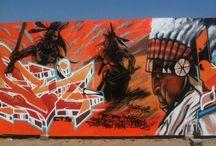 Quartier d'été 2014 / L'équipe de la Crémerie a pu exprimer une nouvelle fois ses talents d'artiste à l'occasion du festival Quartier d'été. Organisateurs de l'édition Quartier d'été 2014, ils ont érigé (deux fois) le mur de panneaux en bois monté sous la chaleur de Juillet et entre les balles d'une folle fusillade. Une bien belle session en compagnie de Vektor, Mediocre, Herber, Haiku, Apoz, Maze, Cofea, Adek, Joe Popi, Moner, Iphone, Rize, et notre tendre et cher Gloaros.
