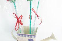 Brochetas / Brochettes / Las brochetas de chuches son un regalo genial, divertido y bonito, lleno de color y sabor. Nuestros diseños son realizados a mano originalmente utilizando golosinas de gran calidad y frescura. Ideales para fiestas y celebraciones!