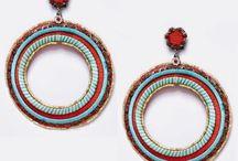 Compl. de flamenca rojo / Selección de pendientes, peinas, collares y pulseras de flamenca en color rojo. Visita nuestra tienda para encontrar los complementos flamenco en rojo que combinen con tu traje.