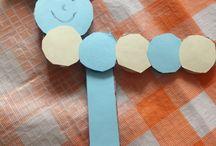 Rups knutselen / Super simpele rups Nodig: karton, gekleurd papier, schaar, lijm, potlood/stift