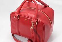 【CHARUER(シャルエ)】FB29264 / 【CHARUER(シャルエ)】 レザーの質感とサイズ感が目を惹くトートバッグ。 上品な色味も大人の女性にぴったりです。 四角いフォルムがアクセントになるので、 いつものスタイルを格上げしてくれるバッグです♪