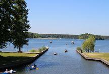 Urlaub am See / Einfach mal mit der Familie eine Auszeit vom Alltag genießen – Familienurlaub Mecklenburgische Seenplatte erleben und das in herrlich natürlicher Landschaft: Wald, Wiesen, Felder und – nicht zu vergessen – Ganz wichtig für so einen erlebnisreichen und gleichzeitig ganz entspannten Familienurlaub, ist natürlich auch ein Gastgeber, der Sie und Ihre Lieben mit Herzlichkeit und Gastfreundschaft erwartet und verwöhnt. Das ist der Rheinsberger See; das ist das Maritim Hafenhotel Rheinsberg.