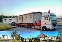 mobilní domy (mobilheimy) přeprava / Mobilní domy (mobilheimy) se po silnici přepravují na kamionu, lokálně se pak tahají za terénním automobilem nebo traktorem. Více na http://www.mobilnidum.eu/ukazka-akce-fota