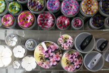 Diverse soorten knopen. / Hier zie je allerlei verschillende knopen. De knopen zijn gemaakt van verschillende materialen en in diverse soorten en maten. Wil u uw kledingstuk pimpen of uniek maken dan is een knoop echt een finishing touch op uw kledingstuk.