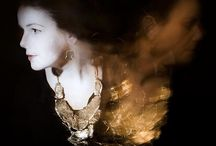 La Joyería De Marion Fillancq / La joyería hecha por Marion Fillancq, resalta por sus formas, materiales y estilo no convencionales, pero también por el inequívoco toque de esta artista. Lee más sobre su trabajo en: https://tendenciasjoyeria.com/diseno-de-joyeria-por-marion-fillancq/