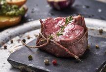Sous Vide Húsok / Sous vide technológiával előkészített, vákuumcsomagolt minőségi húsaink szabad kezet – és igazságtalan előnyt – adnak az otthon kisérletezgetőknek. A fűszerezés, a köret, a szószok sokszínűségének csak a Ti fantáziátok szabhat határt, de mi is besegítünk néhány profi recepttel.
