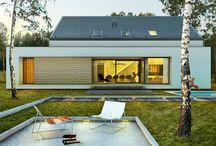 Dom 'modny' / Projekt jest nowoczesnym połączeniem domu z płaskim i skośnym dachem. Wpisuje się w naturalne oraz zurbanizowane otoczenie. Część płaska domu mimo, że stanowi niewielki fragment dachu, jest ważnym elementem całej bryły. Nadała jej dynamiczny, horyzontalny charakter.