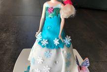 Geburtstagskuchen Mädchen / 2 Gurgelhupfkuchen übereinander stellen, Puppe(Barbie o.ä.)in die Mitte stellen und mit Marzipan oder Fondantdecke überziehen. Dekorieren und fertig. Einfacher Geburtstagskuchen der für glückliche und staunende Augen sorgen wird.