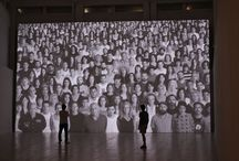 JR / UPRISING. An Inside Out project, exposición comisariada por Fernando Francés, consiste en una obra pensada expresamente para el espacio central del museo que inundará la sala con más de trescientos rostros de malagueños, término muy abierto y hospitalario, procedentes de diferentes zonas de la cuidad.