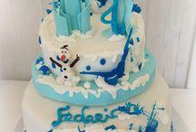 Frozen Cake / La Regina Elsa ha sprigionato tutti i suoi poteri...Racchiusa in un'ampolla magica con sua sorella Anna nel regno di Arendelle e' circondata da un inverno perenne!...A fargli compagnia il mitico Olaf! Una torta per un compleanno super ghiacciato! #frozencake #elsa #disneycake #olaf #tortedecorate #castelliromani #cakedesign #Genzano www.torteamorefantasia.com