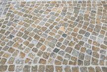 Granit Kleinpflaster gebraucht / Kleinpflaster – wie beispielsweise aus Granit oder auch aus Basalt – kann in verschiedenen Bereichen genutzt werden, wie in Einfahrten oder auch auf der Terrasse bzw. im Garten. Die Verlegung ist grundsätzlich nicht ganz einfach und muss daher mit Sorgfalt geplant werden. Das liegt vor allem an der filigranen Arbeit, die mit der Verlegung von Kleinpflaster einhergeht.