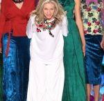 Pasarela Revista ALÓ - Bettina Spitz / En la Pasarela Revista ALÓ la diseñadora Bettina Spitz Moda presenta su colección Primavera-Verano 2016, una historia que transporta a los años setenta, donde la explosión de color y de texturas marcan un camino histórico entre la guerra, la paz y el amor con texturas en algodón, sedas viscosas, mezclas con elastómeros y diseños gráficos propios  http://www.caliexposhow.com/evento-2015/galerias/jueves-15/pasarela-bettina-spitz