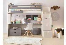 Habitación niño alta y el escritorio abajo