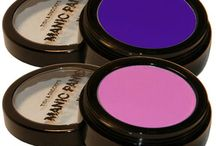Powder Blush/Eye Shadow / These powder cosmetics come in rhinestone-studded cases, and can be used as a matte eye shadow or blush.