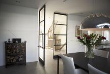 Taatsdeuren in Huizen / In een woning in Huizen hebben we een aantal taatsdeuren geplaatst, die in meerdere opzichten uniek zijn. Lees meer op https://www.stalen-binnendeuren.nl/voorbeelden-stalen-deuren/huizen/