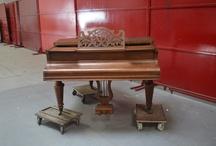 [TERMINE] Piano quart de queue Gaveau / Piano quart de queue GAVEAU, Modèle 2 n°49928 Cadre métallique, placage noyer  Accidents de placage