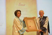 """Ege Üniversitesi 2014-2015 Eğitim-Öğretim Yılı Açılış Töreni / Türkiye yükseköğretim tarihinin önemli kurumlarından birisi olan ve 2014-15 öğretim yılında 60. kuruluş yılını kutlayacak olan Ege Üniversitesi'nin bu yıl ki açılış dersini değerli bilim insanı; Prof. Dr. Gazi YAŞARGİL verdi. Törende EÜ Rektörü Prof. Dr. Candeğer YILMAZ, dünyada mikro sinir cerrahisinin kurucusu olarak bilinen ve """"Yüzyılın Beyin Cerrahı"""" unvanına sahip Türk Bilim adamı Prof. Dr. Gazi YAŞARGİL'e EÜ Senatosu tarafından verilen Fahri Doktora Unvanını takdim etti."""