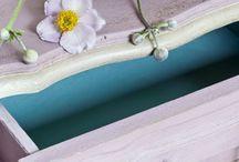 Annie Sloan Paarse kleuren / Alle Paarse kleuren van Annie Sloan de uitvinder van Chalk Paint. Paars is een secundaire kleur die je maakt van Rood ( Emperor's Silk) en Blauw ( Greek Blue). Op onze pagina kleuren mengen leggen we u uit hoe u dat moet doen.
