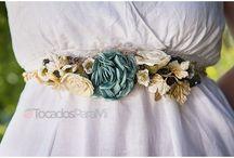Cinturones de flores, diademas de flores, coronas de flores pelo / Todo lo que se te ocurra con flores aquí lo encontrarás. Y si no está, nos lo pides que lo podemos hacer. En esta página donde estás ahora lo tienes todo juntito: diademas de flores, coronas de flores, cinturones de flores, pulseras con flores... En TocadosParaMi podemos realizar cualquier complemento con un tipo de flor completamente natural tratada con una técnica muy avanzada que preserva la flor natural de forma fresca durante muchos años: flor liofilizada. Visita nuestra web e infórmate
