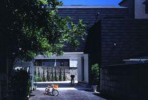 武庫之荘の家【袋小路の家】 / 袋小路の突き当たりにある家。家をゲート状にくり抜いて、車がUターンできるようになっています。