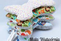 Skrzydła (poduszki) - Mała Wytwórnia / Doskonale nadaje się do fotelika samochodowego, wózka, spacerówki i łóżeczka. Dopasowuje się do główki dziecka co zwiększa komfort podczas odpoczynku   Wykonany z miękkiego pluszu Minky i kolorowej bawełny (wypełnienie antyalergiczne). Wymiary: ok 24 cm x 40 cm Cena: 39 zł