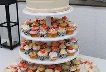 Novios / Tortas de novios, torres de cupcakes decorados especialmente según la temática de la fiesta y figuritas especialmente diseñadas para los novios. Todo hecho de manera artesanal, con ingredientes de primera calidad y a mano.   Hecho con amor