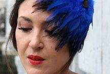 Coleccion Dark / Tocados atrevidos y rompedores para lucir como la autentica reina de la fiesta. Diseños realizados con plumas, terciopelo, cristales, raso y encaje, utilizando colores brillantes como el azul electrico, fucsia, granate y dorado.