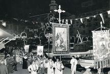 """La processione di San Giorgio a Portofino / Ogni anno, il 23 aprile, il borgo di Portofino rende omaggio al suo patrono, San Giorgio. I momenti culminanti dei festeggiamenti, che spesso durano diversi giorni, sono l'accensione del grande falò in piazza Martiri dell'Olivetta (la celebre """"piazzetta"""") e la processione lungo le vie cittadine, in cui vengono portati i grandi crocifissi in legno (i """"Cristi"""") e l'arca di San Giorgio."""