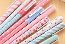 Canetas Kawaii / Saiba o que são as Canetas Kawaii e aproveite essa nova moda, para voltar às aulas com estilo! Tem também dicas de mochilas e produtos para escritório, tudo no The Shoppers.