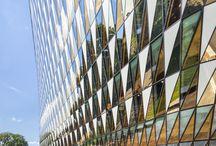 Aula Medica / Karolinska Institutets Aula Medica rymmer en hörsal med 1 000 sittplatser, kontor för cirka 100 personer, 100 konferensplatser, två restauranger samt ett café. Här anordnas Nobelföreläsningar, vetenskapliga symposier, akademiska ceremonier och konferenser som samlar människor från hela världen.