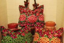 Nos sacs / Tous nos sacs sont fabriqués à la main et sont issus d'un commerce éthique. L'objectif est de valoriser l'artisanat d'Inde, de Thaïlande, du Népal ou du Vietnam.
