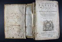 Elementa physicae / conscripta in usos academicos a Petro van Musschenbroek. Quibus nunc primum ... / Edició napolitana del tractat de física del metge, matemàtic, físic i astrònom neerlandès Pieter van Musschenbroek (1692-1761). Musschenbroek va formar part d'un dels corrents més importants de la física experimental del segle XVIII que es va gestar fonamentalment a França i a Holanda. La influència de les seves aportacions, juntament amb la d'altres contemporanis seus com Sanguerdius, Boerhave  i Gravesande va extendre's posteriorment per diversos països europeus, arribant també a Espanya