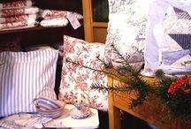 Einrichtung Style Maritim / Romantische Dekoration blau-weiß. Maritime Kissen, Tischdecken oder Handtücher bringen ein Gefühl von Urlaub in die Wohnung.