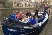 Tapas Sail Away / Lekker varend door de grachten van Utrecht genieten van heerlijke eigengemaakte gerechten en een passend glas wijn of een koud biertje? Onze tapas sail away maakt dit mogelijk!