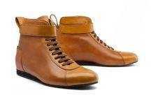 Carsten Moch Driver Shoes / Es ist an der Zeit, den Anspruch an die historische Ästhetik und Materialität edler und sportlicher Fahrzeuge mit einem entsprechenden driving shoe zu erfüllen.