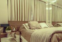 Cabeceira de cama na janela