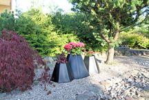 Donice Mont / Donica Mont to odważna i oryginalna donica, jedna z najniższych w naszej kolekcji, do której można umieścić na raz aż 3 rośliny. Idealnie nadaje się do dekoracji wejść, rabat kwiatowych, dróżek, a także bardzo oryginalnych, designerskich przestrzeni domowych i biur. Donica ta jest rozległa, przez co bardzo stabilna. Wszystkie 3 otwory mają podwójne dno. Donica występuje w standardowych kolorach, bez opcji z podświetleniem.