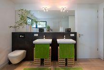 Wellnessbäder / Das Badezimmer wird immer Wellnessbereich und ersetzt auch schon mal den Spa-Besuch. Wir finden Sie Ideen für die Einrichtung moderner Bäder von unseren KitzlingerHaus Bauherren.