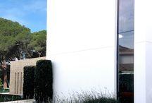 KALEIDOSCOPE_Casa entre Pinos / El edificio se adapta a la topografía existente y a la forma de la parcela para aprovechar al máximo el espacio. La fragmentación en varios volúmenes nos permite suavizar el impacto de la edificación con respecto al entorno. Los grandes paños de vidrio hacen que los límites interior-exterior desaparezcan y se fundan, pareciendo que la propia vegetación se prolonga al interior de la vivienda.