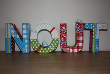 Decoratie letters / Kartonnen letters, gedecoreerd met stofjes, lintjes enz.