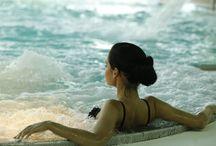 """Basen / Odwiedzający Klinikę Uzdrowiskową """"Pod Tężniami"""" mogą skorzystać ze znajdującego się tutaj basenu. Wyposażony m.in. w masaże wodne i brodzik idealnie nadaje się zarówno na relaks, jak i aktywny wypoczynek."""