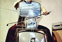 """Fluxus art / A Fluxus nemzetközi művészcsoport,1960-as évek elején jött létre Az elnevezés """"áramlás""""-t jelent, e. A Fluxus legfontosabb célkitűzése a művészet és az élet közti határok elmosása, legjellemzőbb jelszavai: """"minden művészet"""", """"mindenki művész"""". Szellemes, provokatív, banális vagy éppen harsányan látványos megnyilvánulásaival szembehelyezkedik a hagyományos művészetfogalommal, ezért """"antiművészet""""-nek is szokták tekinteni.  Beke László, in: FluxMost programfüzet, Artpool, Budapest, 1993, 4.o."""
