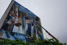 Mural na Pszczyńskiej 44 / Trójwymiarowy mural powstał w tzw. technice anamorficznej. Autorem pracy jest Ryszard Paprocki, artysta znany ze swoich dotychczasowych dzieł sztuki 3D w przestrzeni publicznej. Pomagał mu syn Wiktor. Pracę najlepiej obserwować z przeciwnej strony ulicy, stojąc na wysokości sklepu.  Obraz przedstawia kobiety lejące wodę i nawiązuje do jednej z gliwickich legend. Robi wrażenie!