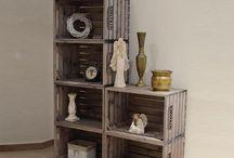 Nábytkové stěny a sestavy / Stavebnice z bedýnek SKYWANDER umožňuje navrhnout si nábytek podle Vašeho přání. Bydlení je hra.