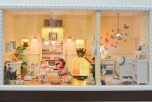 """Schaukasten """"Katharinas Tageskinderparadies"""" im Maßstab 1:12 (Roombox Scale 1:12) / Der Schaukasten heißt """"Katharinas Tageskinderparadies"""" und wurde für unsere Tagesmutter Katharina Röhrig gebaut, die seit vielen Jahren Tagesmama ist und auch unsere kleine Maus seit über 2 Jahren liebevoll und zuverlässig betreut hat.  Bis auf 2 Möbelchen wurden alle Möbel selbst entworfen und handgefertigt, ebenso der Großteil der Miniaturen.  Der leere Schaukasten wurde ebenfalls von mir entworfen und gebaut und kann natürlich jeder Zeit auf Anfrage hergestellt werden."""