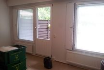 Ikkunoiden maalamista sekä seinän tapetointi / Rivitalon ikkunoiden maalaamista sisältäpäin ja pienen seinän tapetoimista kuviotapetilla. Kuvat kohteen alakerran olohuoneesta sekä tapetointi keittiöstä.
