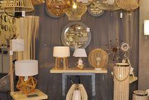 Ambiance nature / aites entrée la nature chez vous grâce à un intérieur chaleureux et convivial. Adopter des suspensions, lampe et lampadaire en bois. Ce matériau noble s'adaptera aussi bien à un salon scandinave, dans une cuisine moderne ou simplement dans une salle à manger aux ambiances de chalet. Ces luminaires en bois vous apporteront une lumière douce et chaleureuse à votre décoration.