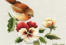 Bordados de pássaros e flores