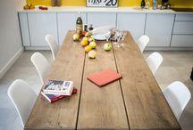 Stół drewniany dębowy / Stół z litego drewna dębowego, pochodzi z kolekcji Rustyk od polskiego producenta mebli SEART. Mebel ten, został wybrany przez projektantów z programu telewizyjnego Dekorady, do metamorfozy wnętrza małego mieszkania.