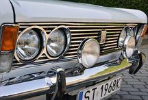 Fiat 125p 1968 rok / Jeden z naszych największych projektów obejmował renowację Fiata 125 p z 1968 roku. Wiele długich dni samochód ten spędził pod dachem studia SCD, pracy było mnóstwo, potrzebowaliśmy ogromnych pokładów cierpliwości, a w wielu sytuacjach należało wykazać się nielada sprytem. Staraliśmy się zadbać o każdy najmniejszy szczegół, dlatego absolutnie nie można było pójść w żaden sposób na skróty. Ale udało się i chociaż praca nad klasykiem to spore przedsięwzięcie, efekty wynagradzają wszelki trud.